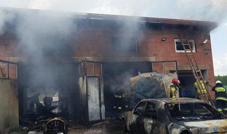 Pożar w zakładzie mechaniki pojazdowej w Kałku