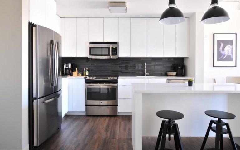 4 sposoby na optyczne powiększenie małej kuchni