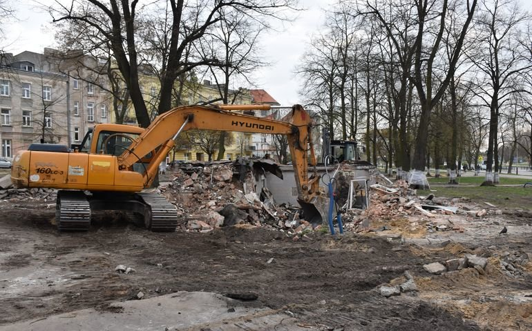Wyburzają miejski szalet. Trwa modernizacja pl. Niepodległości