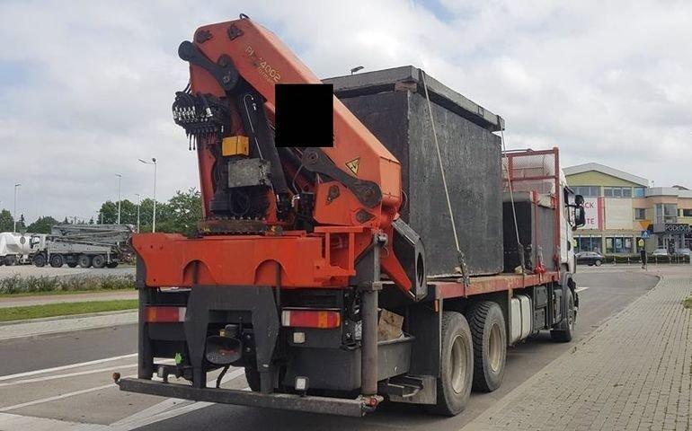 ITD zatrzymała przeciążoną ciężarówkę przewożącą szamba